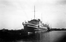 2004-495-8 Gezicht op de Waalhaven aan de noordoostzijde met het aangemeerde schip Baloeran,