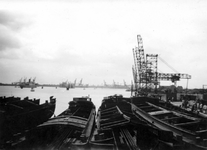 2004-495-9 Gezicht op de Waalhaven aan de noordoostzijde. Met op de voorgrond binnenvaartschepen.