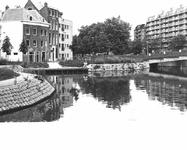 2004-5115 Gezicht op de Karnemelkshaven bij de Vriendenbrug, met drie monumentale panden.