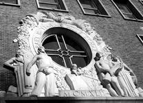 2004-5358 Bekroning beeldhouwwerk boven de hoofdingang van kantoorgebouw van Nationale-Nederlanden aan de Schiekade.