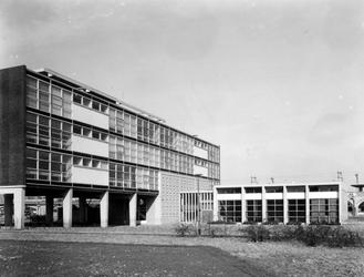 2004-5371 Gezicht op de Heer Bokelweg met de Keucheniusschool.