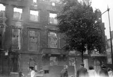 2004-538 Gezicht op de door het Duitse bombardement van 14 mei 1940 getroffen Boompjes met de voorgevel van het pand ...