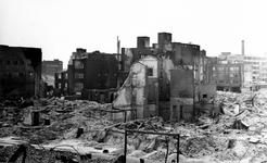 2004-544 Gezicht op de door het Duitse bombardement van 14 mei 1940 getroffen omgeving van de Oppert en in het midden ...