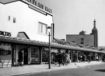 2004-5480 Gezicht in de Jongkindstraat met noodwinkels 'Noordblaak 1940'.