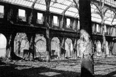 2004-55-1 Gezicht in de door het Duitse bombardement van 14 mei 1940 getroffen interieur van de oude Beurs aan het ...