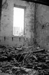 2004-55-10 Gezicht in de door het Duitse bombardement van 14 mei 1940 getroffen interieur van de oude Beurs aan het ...