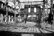 2004-55-11 Gezicht in de door het Duitse bombardement van 14 mei 1940 getroffen interieur van de oude Beurs aan het ...
