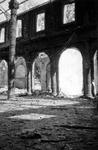 2004-55-9 Gezicht in de door het Duitse bombardement van 14 mei 1940 getroffen interieur van de oude Beurs aan het ...