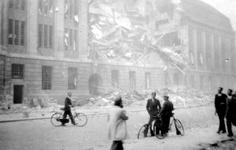 2004-556 Gezicht op de door het Duitse bombardement van 14 mei 1940 getroffen zuidelijke gevel van het postkantoor aan ...