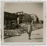 2004-559 Gezicht in de door het Duitse bombardement van 14 mei 1940 getroffen omgeving van de Speelmanstraat. Meisje ...