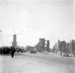 2004-560 Gezicht op de door het Duitse bombardement van 14 mei 1940 getroffen omgeving van het Oostplein met molen de ...
