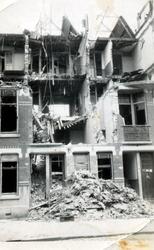 2004-565 Gezicht in de door het Duitse bombardement van 14 mei 1940 getroffen Vijverhofstraat met restant van pand, als ...