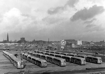 2004-5873 Het Kruisplein en het Weena, parkeerplaats voor stadsbussen.