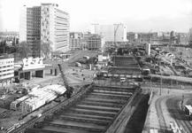 2004-5887 Het Stationsplein en het Weena vanaf het Groothandelsgebouw tijdens de metrobouw.