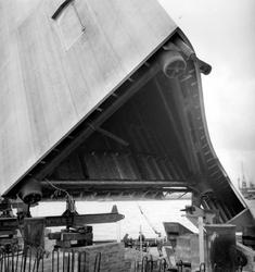 2004-5953 Plaatsing van de Koopvaardijmonument De Boeg aan de Boompjes.