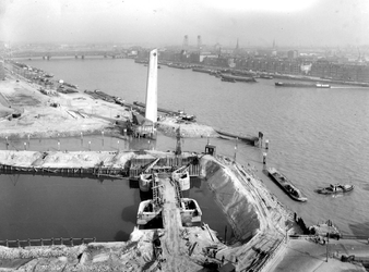 2004-5954 Vergezicht in het midden de Koopvaardijmonument De Boeg aan de Boompjes. Op de voorgrond de bouw van de Leuvesluis.