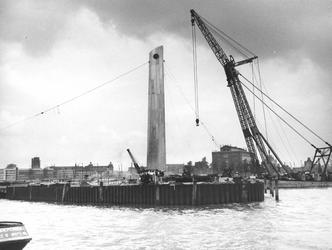 2004-6035 De Leuvehaven tijdens de plaatsing van de Koopvaardij monument De Boeg in 1956.