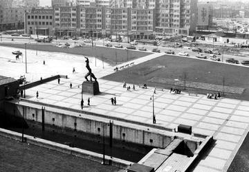 2004-6076 Overzicht op het Plein 1940 op de achtergrond de Schiedamsedijk.