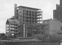 2004-6105 De Aert van Nesshof met zicht op de bouw van een bankgebouw aan de Coolsingel, hoek van de Aert van Nesstraat.