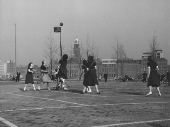 2004-6106 Leerlingen van de kweekschool Sint-Lucia aan het korfballen op een parkeerterrein bij de Karel Doormanstraat. ...