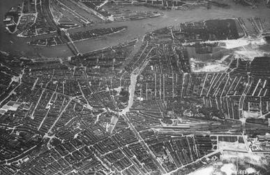 2004-7046 Luchtopname in het midden de Stadsdriehoek, rechts de westelijke wijken Cool en het Oude Westen, midden onder ...