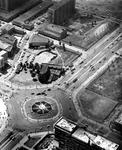 2004-7056 Luchtopname van het Hofplein onder, de bouw van het Shellkantoor, de brede straat rechts is het Weena met de ...