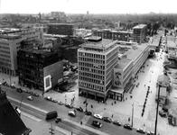 2004-7068 Overzicht vanaf het Stadhuis aan de Coolsingel, rechts het Stadhuisplein op de voorgrond de Coolsingel in het ...