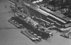 2004-7135 Luchtopname van de Albatros Superfostaatfabrieken nv. te Pernis aan de Vondelingenweg, links de Nieuwe Maas.