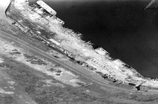 2004-7149-1-TM-2 Luchtopnamens van de Gustoweg en de Merwehaven met verwoestte kade's.