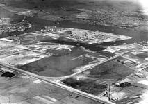 2004-7151 Luchtopname van de 2e Petroleumhaven geheel- boven de gemeente Vlaardingen en daaronder de Nieuwe Maas. Links ...