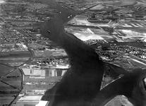 2004-7152 Luchtopname van de Nieuwe Maas, rechtsonder de 1e Petroleumhaven en daarboven het dorp Pernis, links onder de ...