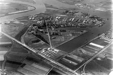 2004-7153 Luchtopname van de 1e Petroleumhaven en de Shell Raffinaderij, boven de Nieuwe Maas en links de Oude Maas.