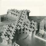 2004-7568 2 foto's van maquette van de kubuswoningen nabij Blaak en Overblaak, naast de Oudehaven.