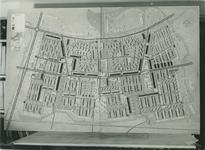 2004-7585 Diverse maquette-ontwerpen van Zuidwijk met winkelstraat de Slinge, ca.1950-1957. Getoond wordt no. 1 uit een ...
