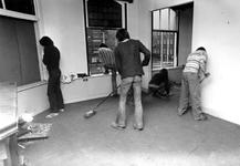 2005-10019-EN-10020 Kraakpand Van boven naar beneden:10.019: Krakers ruimen het pand op, op hoek van Schiekade en ...