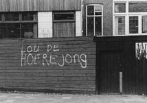 2005-10025 De Proveniersstraat ter hoogte van een schutting met opschrift.