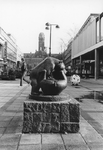 2005-10031 De Lijnbaan ter hoogte van het beeldhouwwerk Spelende beertjes van de Noorse beeldhouwster Anne Grimdalen. ...