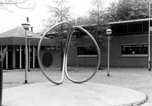 2005-10050 Een sculptuur bij de bibliotheek aan de Burgemeester Baumannlaan.