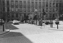 2005-10096 Raam gezien vanaf de Zandstraat. Op de achtergrond het stadhuis.