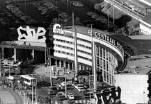 2005-10168 Overzicht uit oostelijke richting. Met op de voorgrond het Centraal Station aan het Stationsplein. Links ...