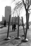 2005-10263 Op het Kruisplein ter hoogte van een kunstwerk.