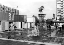 2005-10363 Op het Schouwburgplein is de tentoonstelling Tussen Wal en Schip in en bij containers.