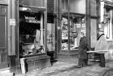 2005-10382 Op het Noordplein ter hoogte van een tweedehands boek en prentenwinkel.