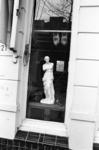 2005-10759 Etalage van een antiekhandel in de Zaagmolenstraat.