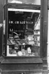 2005-10767-EN-10768 Het Noordplein:Van boven naar beneden:-10767: Etalage van de tweedehands boekwinkel/ muziekboektiek ...