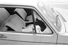 2005-10778 Aan de Provenierssingel staat een auto met ingeslagen autoruit.