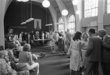 2005-10785-EN-10786 Afscheidsreceptie van de huisarts H.A. Engelkens in het Dienstencentrum Walenburg:Van boven naar ...