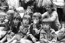 2005-10824-TM-10826 Op het Beursplein:Van boven naar beneden:-10824: Kinderen kijken naar een poppenspel op het ...