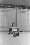 2005-10827-EN-10828 Straatmuzikant:Van boven naar beneden:-10827: Op het Beursplein speelt een straatmuzikant.-10828: Idem.