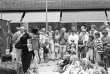 2005-10830 Op het Beursplein. In het midden de fotograaf Lex de Herder.